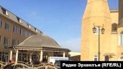 У мечети «Восточная» в дагестанском городе Хасавюрт.