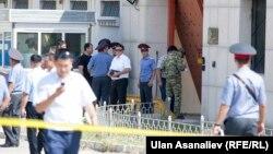 На месте взрыва у посольства Китая в Кыргызстане. 30 августа 2016 года.