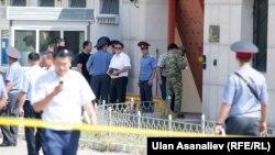 Оцепленная территория у посольства Китая в Кыргызстане, где прогремел взрыв. Бишкек, 30 августа 2016 года.