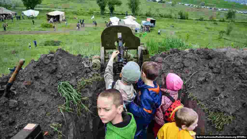 Діти бавляться з кулеметом «Максим»
