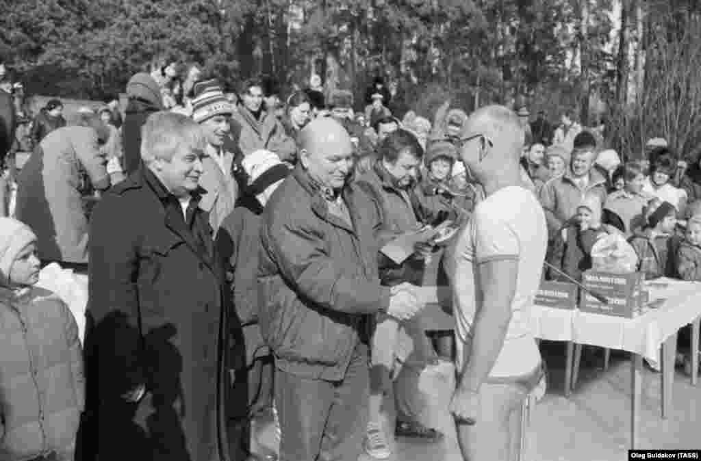 Yury Luzhkov (center), then chairman of the Executive Committee of the Moscow Council, congratulates a veteran of the Serebryany Bor winter swimming club on March 8, 1991.