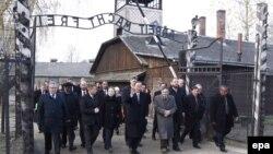 Генеральный секретарь ООН Пан Ги Мун (в центре) во время посещения концлагеря Аушвиц-Биркенау. 18 ноября 2013 года.