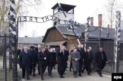 БҰҰ бас хатшысы Пан Ги Мун (ортада) мен оның әйелі Ю Сун Тэк (сол жағында) Аушвиц лагерін көріп жүр. Польша, 18 қараша 2013 жыл. (Көрнекі сурет)
