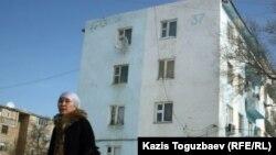 Дом, с крыши которого, предположительно, велась видеосъемка, выложенная в Интернет, со свидетельствами стрельбы полицейскими боевыми патронами во время событий 16 декабря 2011 года в Жанаозене. Город Жанаозен Мангистауской области, 17 февраля 2012 года.