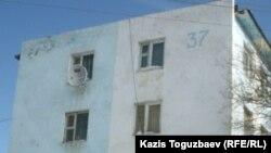 Полицейлердің ереуілшілерге қарай жылжып бара жатқаны түсірілген 37-үй. Жаңаөзен, 17 ақпан 2012 жыл.