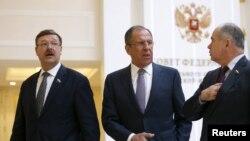Konstantin Kosachyov dhe ministri i jashtëm rus Sergie Lavrov (djathtas)