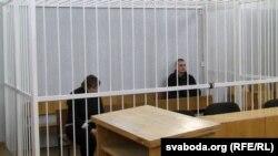 Галіна Цыняўская хаваецца ад фотакамэр.