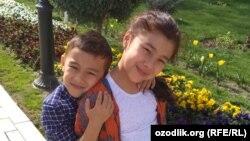 9-летняя Мадинабону Рустамова с младшим братом Самиром.