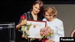 شهلا شفیق و فرزانه میلانی در مراسم اهدای لوح زن برگزیده سال