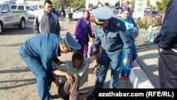 Türkmenistan, polisiýa ofiserleri iş wagtynda, 2013 ý.