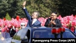 Оңтүстік Корея президенті Мун Чжэ Ин (сол жақта) мен Солтүстік Корея президенті Ким Чен Ын. Пхеньян, 18 қыркүйек, 2018 жыл.