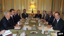Қазақстан президенті Нұрсұлтан Назарбаев (сол жақ шетте) пен Франция президенті Франсуа Олланд (оң жақ шетте) ресми кездесуде отыр. Париж, 21 қараша 2012 жыл.