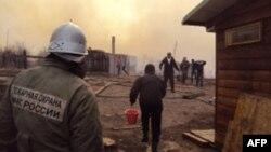 Хакасиядағы өрт орнында жүрген өрт сөндіруші. Ресей, сәуір 2015 жыл.