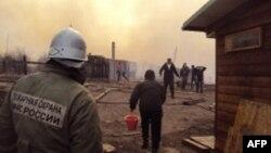 Сотрудники МЧС России на месте пожара в селе в Хакасии. Апрель 2015 года.