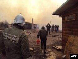 В Чапаево, расположенное в 13 километрах от Абакана, пожарные и скорая едут из районного центра, Усть-Абакана, расстояние до которого в два раза больше