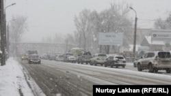 Автомобили на улице в Алматы. 30 марта 2015 года. Иллюстративное фото.