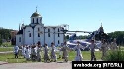 Выступ самадзейнасьці на фоне царквы, дзе нібыта браў шлюб Аляксандар Неўскі