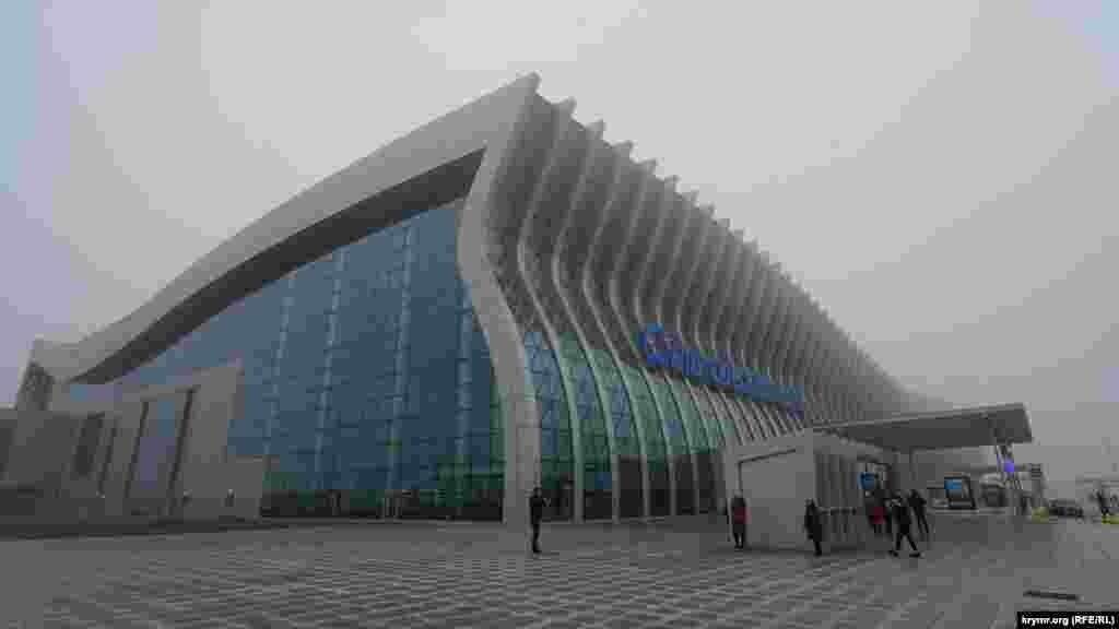 На одном из ситилайтов перед входом в аэропорт сообщается, что он обслуживает в год 6,5 миллионов пассажиров