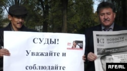 Protesters showing support for Yevgeny Zhovtis in Uralsk in October 2009, shortly