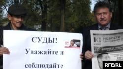 Участники акции протеста в поддержку Евгения Жовтиса. Уральск, 12 октября 2009 года.
