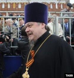 Голова Синодального відділу із взаємин церкви і суспільства протоієрей РПЦ Всеволод Чаплін на військовому параді на Красній площі. Москва. 9 травня 2012 року