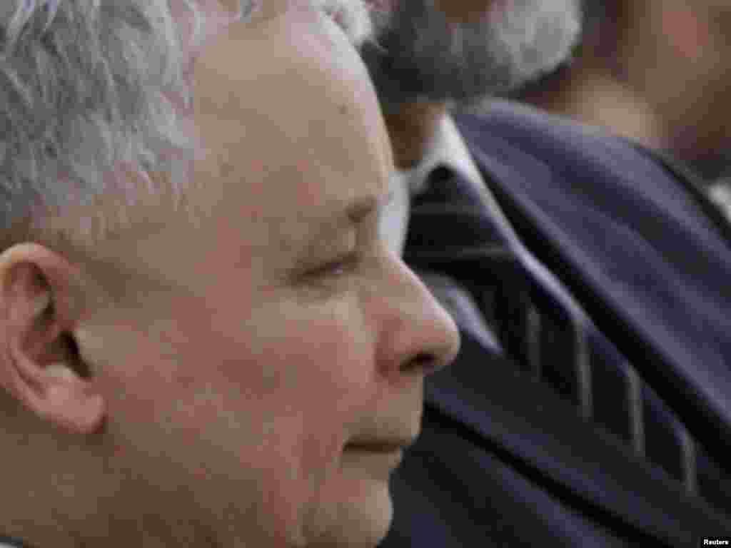 Яраслаў Качыньскі, брат-блізнюк прэзыдэнта Леха Качыньскага, у часе цырымоніі ў аэрапорце Варшавы