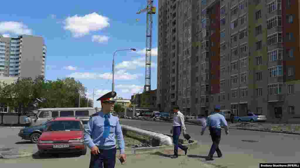 Полицейские вокруг строящегося дома, возле которого на высотном кране ведут акцию протеста Багжан Аязбекова и Гулим Бабакова. Астана, 29 мая 2013 года.