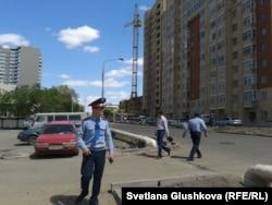 Наразы әйелдер басына шыққан кранның сырт көрінісі. Астана, 29 мамыр 2013 жыл