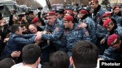 Полицейские освобождают от митингующих улицу в Ереване, 14 марта 2019 г.