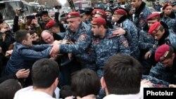 Ոստիկանները ցուցարարներին հեռացնում են Թումանյան-Մաշտոց խաչմերուկից, Երևան, 14-ը մարտի, 2019թ․