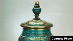 До 1917 года Гусевский хрустальный завод изготавливал малыми сериями уникальные вещи: в их числе — созданный в конце XIX столетия прибор из десяти предметов для крюшона