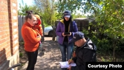 Координатори агропроекту перевіряють заявників на грант від фонду «Карітас». Фото надане організацією «Карітас»