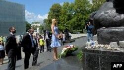 Дочь президента США Иванка Трамп и главный раввин Польши Михаэль Шудрич возлагают венок к памятнику героям Варшавского гетто