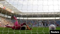 Японська воротарка пропустила цей м'яч, але її команда перемогла канадську, 25 липня 2012 року