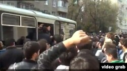 Мөселманнар полиция тарафыннан тоткарланган кардәшен автобустан чыгарды