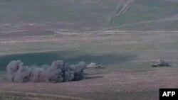 Кадър от видео, разпространено от арменското военно министерство, на което се вижда унищожаването на азербайджански танкове