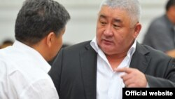 Глава МВД КР Зарылбек Рысалиев (справа) на заседании правительства, 13 июля
