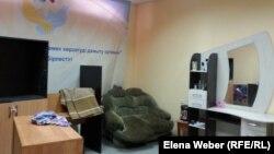 Помещение под социальную парикмахерскую в кризисном центре, где женщины уже приступили к обучению. Темиртау, 14 апреля 2014 года.