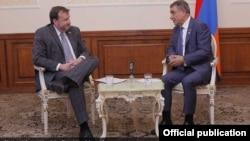 Посол США в Армении Ричард Миллз (слева) и спикер парламента Армении Ара Баблоян, Ереван, 20 июля 2017 г.