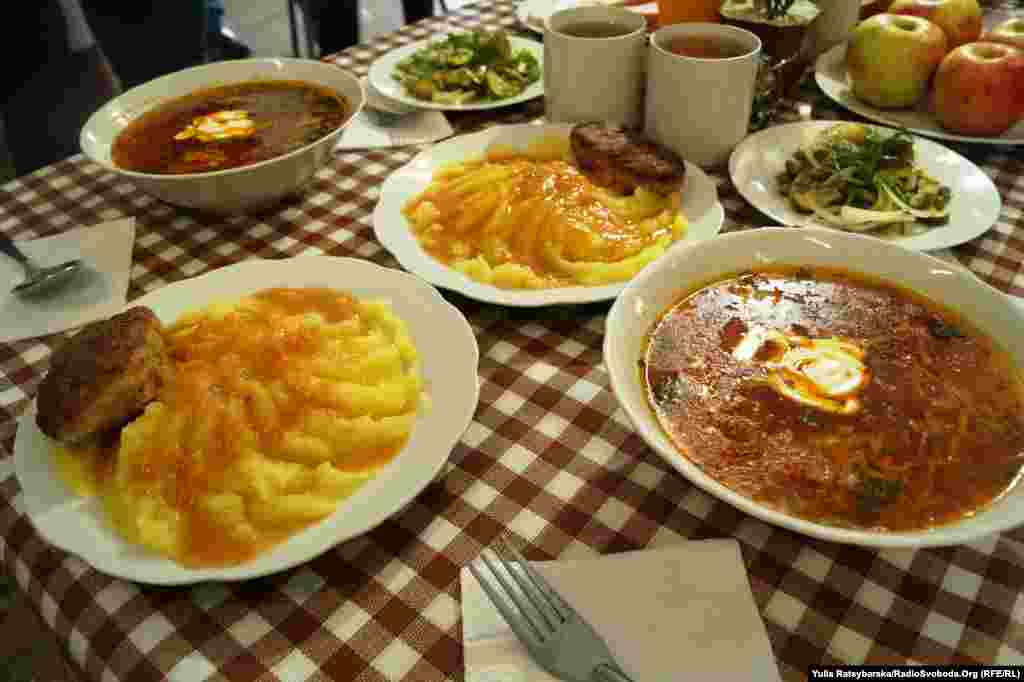 Обід солдата – борщ, картопля, котлета, салат, булка, узвар, яблуко…