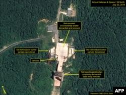 Спутниковый снимок Вооруженных сил США, на котором указаны объекты полигона в Сохэ
