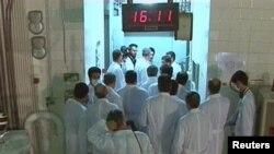 Группа иранских ученых в лаборатории, исследующей термоядерные реакции. Тегеран, 15 февраля 2012 года.
