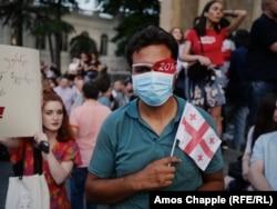 Тбилиси, 22 июня. В знак протеста против жестких действий полиции, в результате которых двое участников акций лишились глаз, митингующие сделали одним из своих символов глазные повязки