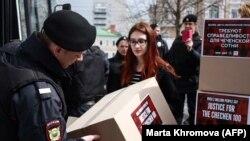 Поліція відбирає у активістів коробки з підписами