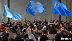 Кырымтатарлар Акмәчеттә референдумга каршы протест чарасында. 26 февраль 2014