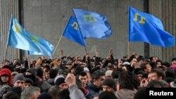 Митинг крымских татар у здания регионального парламента. 26 февраля 2014 года.