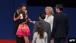 АҚШ президенттігінен үміткер Митт Ромни дебаттан кейін немересін құшақтап тұр. Денвер, 3 қазан 2012 жыл.