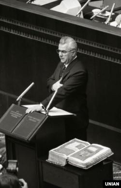 Леонід Кравчук на засіданні Верховної Ради України приймає присягу президента України, Київ, 5 грудня 1991 року