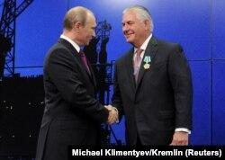 Владимир Путин вручает Рексу Тиллерсону орден Дружбы народов. 21 июня 2013 года
