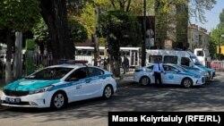 Автомобили сотрудников полиции. 9 мая 2019 года.